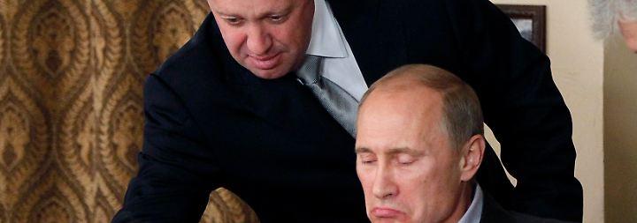 Prigoschin bedient Putin in einem Restaurant bei Moskau im Jahr 2011.