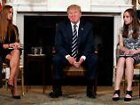 US-Präsident Donald Trump im Gespräch mit Überlebenden des Massakers in Florida: Er will Lehrer künftig bewaffnen.