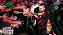 """Michael """"Bully Boy"""" Smith setzt sich mit seinem Sieg in Berlin an die Spitze der Premier-League-Tabelle."""