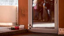 Am Samstagmittag legten erste Jugendliche Blumen und Kerzen am Tatort ab.