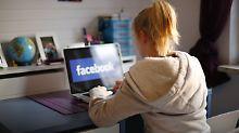 Über die sozialen Medien können sich Schüler auch über Hausaufgaben austauschen. Dann schreiben sie im Mittel leicht bessere Noten.