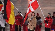 Mit Silber dekoriert geht es für Eishockeyspieler Christian Ehrhoff ins Stadion. Er ist Deutschlands Fahnenträger.