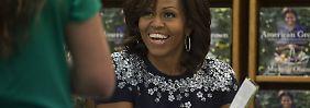 """""""Becoming"""" ist nicht die erste Publikation der First Lady, hier ist sie bereits 2013 bei einer Signierstunde ihres Garten-Buches zu sehen."""