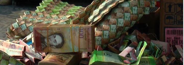 Kreativ in der Krise: Venezolaner basteln Taschen aus wertlosen Geldscheinen