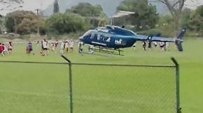 Schrecksekunden bei Fußballmatch: Helikopter landet inmitten spielender Kinder