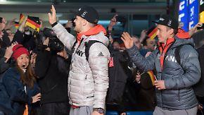 Kiloweise Edelmetall im Gepäck: Olympia-Helden jubelnd am Frankfurter Flughafen empfangen