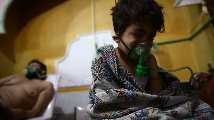Ein Kind und ein Mann werden in einem Krankenhaus in Ost-Ghouta nach einem Luftangriff versorgt. Sie zeigten Symptome einer Vergiftung mit dem chemischen Kampfstoff Chlorin.