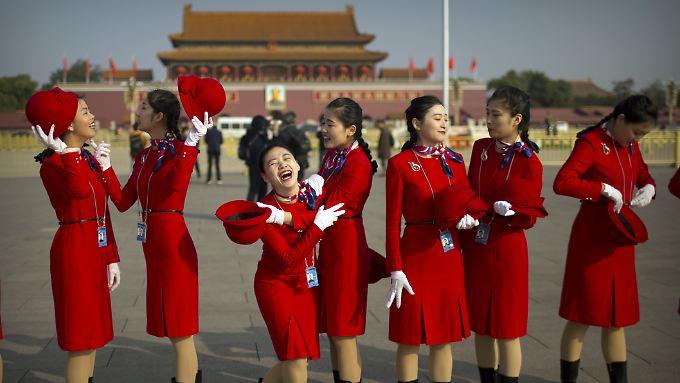 Vor den nicht weit entfernten Augen Mao Tsetungs lachen uniformierte Chinesinnen.