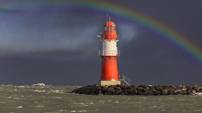 Ein Regenbogen über der Ostmole in Warnemünde. Könnte er auch durch Schnee entstanden sein?