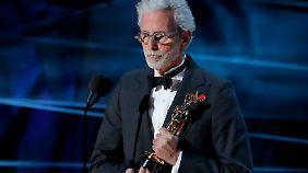 Frank Stiefel holt den Oscar für die beste Kurzdokumentation.