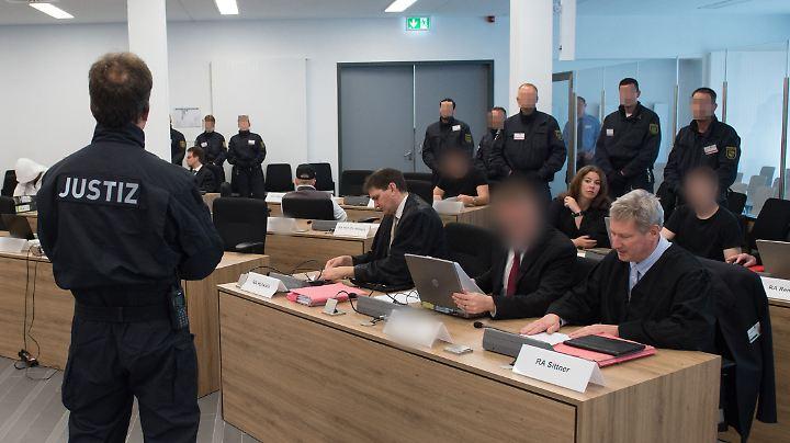 Die Angeklagten im Gerichtssaal in Dresden.