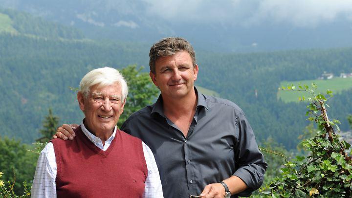Weißkittel vor Bergen: Siegfried Rauch (Dr. Roman Melchinger, l) und Hans Sigl (Dr. Martin Gruber).