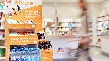 Sozialer Konsum: Flüssigseife für drei Euro pro Flasche, der Nussriegel für 1,50 Euro und eine Flasche Mineralwasser für 60 Cent.