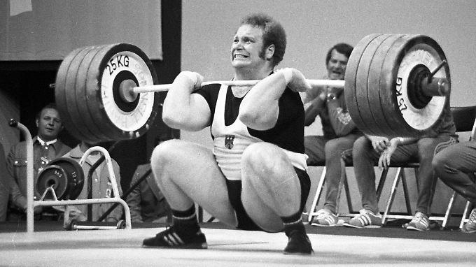 """Der """"Bär von Bellenberg"""" ist tot. Der frühere Gewichtheber Rudolf Mang verstarb am Montag im Alter von 67 Jahren."""