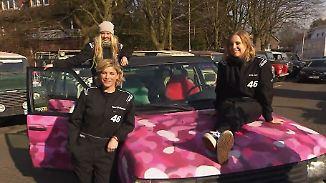 """Charity-Rennen mit verwestem Fisch: """"Driftchicks"""" rasen im pinken Rover um die Ostsee"""