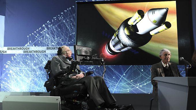 """Hielt auch interstellare Reisen für möglich: Stephen Hawking bei der Präsentation des Projektes """"Breakthrough Starshot"""" im April 2016."""
