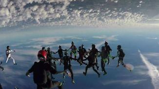 """Weltrekord für 27 """"Fly Girls"""": Skydiverinnen stürzen sich für Gleichberechtigung in die Tiefe"""