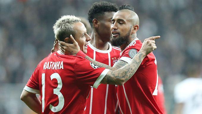 Schadenfreude? Die Herren Rafinha und Vidal nach dem 2:0 für den FC Bayern - einem Eigentor.