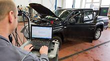Autokonzerne bieten kostenlose Updates der Abgas-Software an, eine Hardware-Umrüstung ist ihnen aber zu teuer.