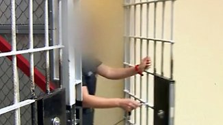 Drogen, Handys oder USB-Sticks: Gefängnisse kämpfen gegen organisierten Schmuggel