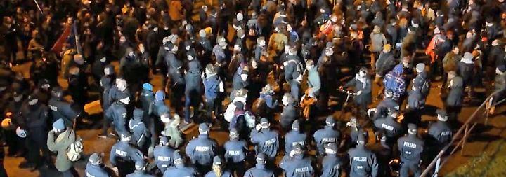 """Aggression von rechts, links und Polizei: """"Merkel muss weg""""-Demos in Hamburg eskalieren"""