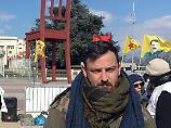 Der Fußball-Profi Deniz Naki nimmt vor dem UN-Gebäude in Genf an einem Hungerstreik teil.