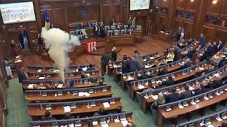 Kaum zu glauben, aber wahr: Abgeordnete setzen Tränengas im Kosovo-Parlament ein
