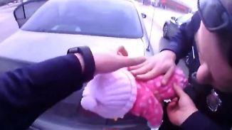 Atemstillstand nach Verschlucken: Polizisten retten Baby vor dem Erstickungstod