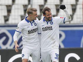 Der Karlsruher SC - auf dem Foto die Spieler Marco Thiede und Anton Fink - hegt noch Aufstiegshoffnungen.
