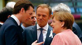 Kurz im Gespräch mit EU-Ratspräsident Donald Tusk und der deutschen Kanzlerin Angela Merkel.