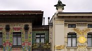 Dass Wagner in Ende der 1890er-Jahre radikal mit dem Historismus bracht, zeigt sich auch an den Wohngebäuden am Naschmarkt, den sogenannten Wienzeilenhäusern.