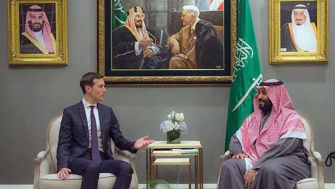 Allianz mit Tradition: Über dem Königssohn und dem Präsidenten-Schwiegersohn hängt ein Bild vom historischen ersten Treffen des US-Präsidenten Roosevelt mit König Abd al-Aziz 1945.