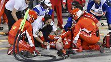 Der Ferrari-Mechaniker Francesco Cigarini wurde unmittelbar nach dem Unfall von seinen Teamkollegen betreut.