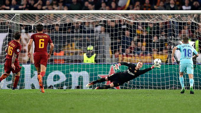 Roms Daniele De Rossi (links) schießt sein Tor zum 2:0 für AS Rom.