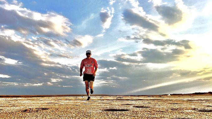 Jeden Tag läuft er bis zu 80 Kilometer.