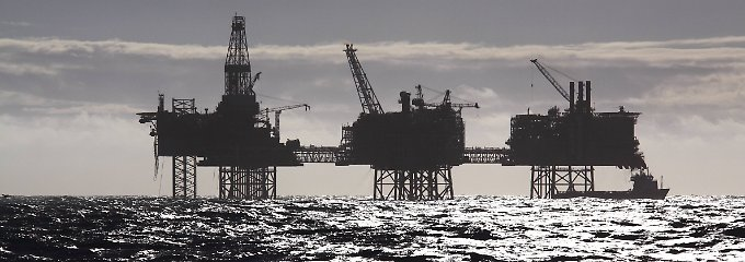 Bohrinseln vor der Küste von Schottland.