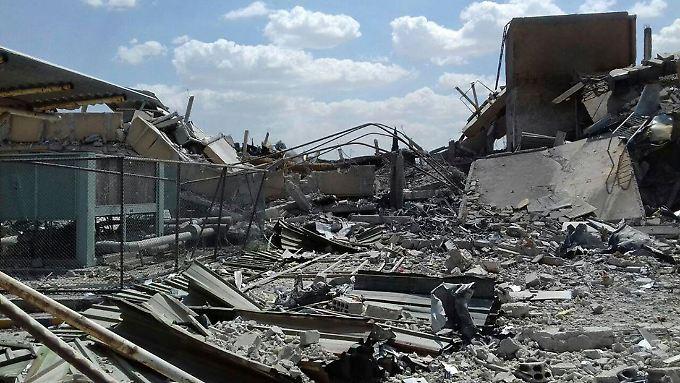 Dieses von der syrischen Nachrichtenagentur Sana zur Verfügung gestellte Foto zeigt die Trümmer des Forschungszentrums in Barsah, das bei Angriffen der USA, Großbritannien und Frankreich stark beschädigt wurde.