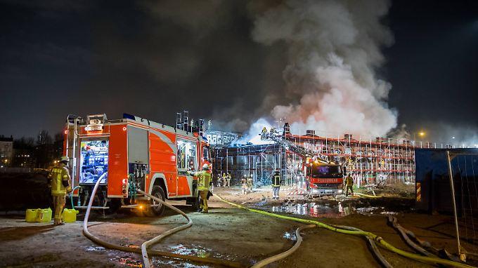 Das Feuer in den denkmalgeschützten Hallen war gestern gegen 18 Uhr ausgebrochen.
