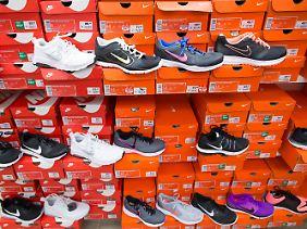 Sportschuhe von Nike sind in einer Deichmann-Filiale.