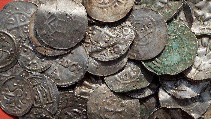 Sächsische, ottonische, dänische und byzantinische Münzen, zum Teil wohl als Anhänger genutzt (durchlocht).