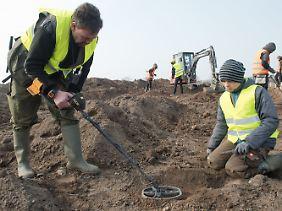 Die glücklichen Finder: Hobbyarchäologe René Schön und der Schüler Luca Malaschnitschenko mit einem Metalldetektor.