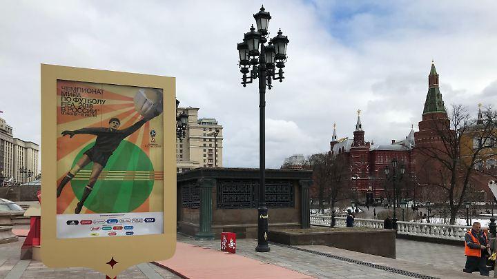 Sherlock Scheib hat's gefunden: WM-Poster auf dem Manegenplatz in Moskau.