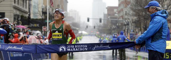 Überraschungssieger in Boston: Im nasskalten Neuengland-Wetter erreicht Yuki Kawauchi die Ziellinie in Boston.