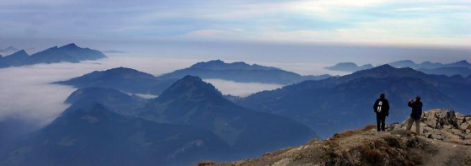 Blick vom Gipfel des 2224 Meter hohen Nebelhorns bei Oberstdorf (Schwaben) auf das Panorama der Allgäuer Alpen.