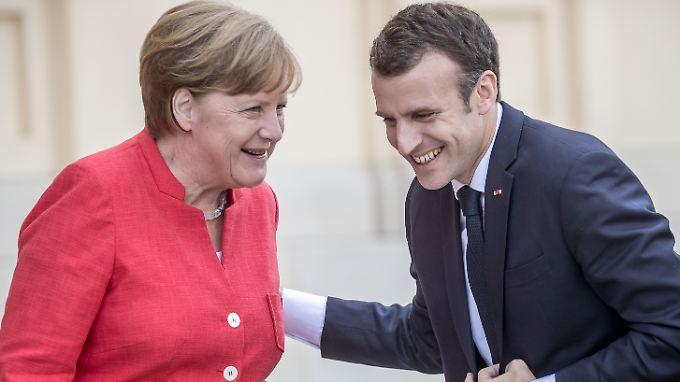 Trotz so mancher Krisen zum Scherzen aufgelegt: Angela Merkel mit Emmanuel Macron.