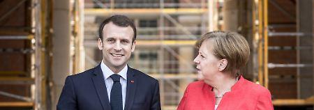 Mit Macron auf der Baustelle: An einer Stelle macht Merkel sich Notizen