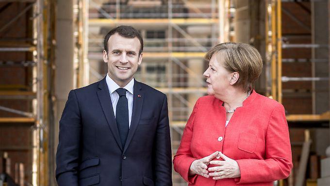 Macron und Merkel vor dem noch eingerüsteten Berliner Stadtschloss.
