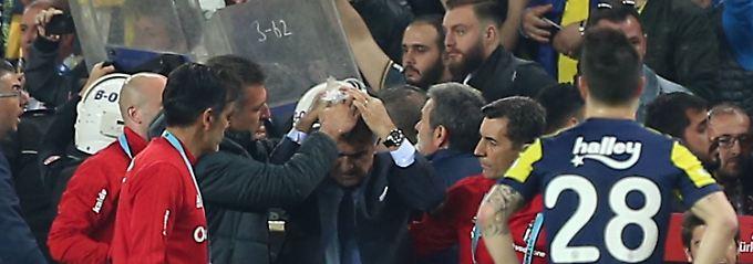 Istanbul-Derby abgebrochen: Fans attackieren Coach mit Sitzschale