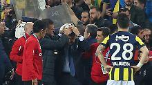 Istanbul-Derby abgebrochen: Fans attackieren Besiktas-Coach mit Sitzschale