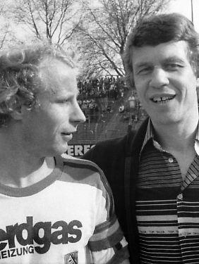 29. April 1978: Im Düsseldorfer Rheinstadion führt die Mönchengladbacher Borussia am letzten Spieltag der Saison zur Pause mit 6:0 gegen Borussia Dortmund. BVB-Trainer Otto Rehhagel, rechts, und Gladbachs Kapitän Berti Vogts scheinen sich prima zu verstehen.